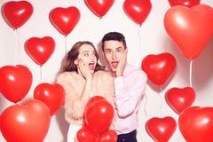 El hombre con su muchacha preciosa del amor chocó El día de San Valentín del amante Valentine Couple Pares sorprendidos, muy feli imagen de archivo