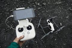 El hombre con teledirigido prepara el abejón blanco con la cámara digital para el vuelo del comienzo Foto de archivo
