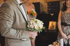 El hombre con un manojo de las flores 1729 Fotografía de archivo libre de regalías