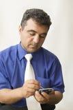 El hombre con un ordenador del bolsillo Imágenes de archivo libres de regalías