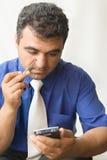 El hombre con un ordenador del bolsillo fotografía de archivo libre de regalías