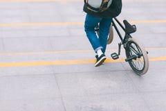 el hombre con una bici de BMX desciende abajo de las escaleras Paseo con una bici Concepto de BMX foto de archivo libre de regalías