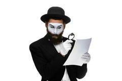 El hombre con una cara imita la lectura con magnificar Imagenes de archivo