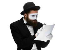 El hombre con una cara imita la lectura con magnificar Fotografía de archivo