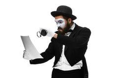 El hombre con una cara imita la lectura con magnificar Imágenes de archivo libres de regalías