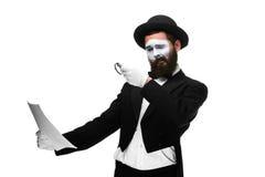 El hombre con una cara imita la lectura con magnificar Foto de archivo libre de regalías