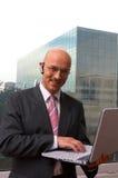 El hombre con una computadora portátil fotografía de archivo