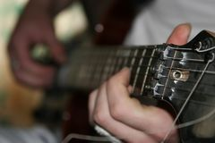 El hombre con una guitarra. Foto de archivo libre de regalías