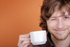 El hombre con una taza en una mano Foto de archivo libre de regalías