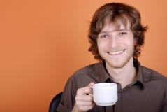 El hombre con una taza en una mano fotografía de archivo