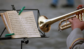 El hombre con una trompeta, leyó la nota de la música Foto de archivo libre de regalías