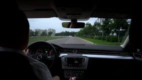 El hombre conduce el coche dentro de la visión almacen de metraje de vídeo