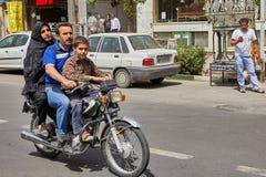 El hombre conduce su esposa e hijo en la motocicleta, Kashan, Irán Foto de archivo