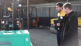 El hombre conduce un cargador confiable del camión pesado metrajes