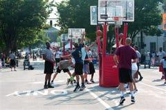 El hombre conduce y tira el Layup en el torneo del baloncesto de la calle imágenes de archivo libres de regalías