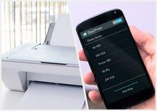 El hombre conecta con la impresora inalámbrica imagen de archivo
