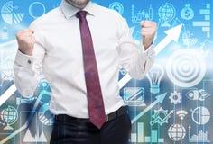 El hombre confiado funciona con un proyecto acertado del negocio Iconos del negocio y flecha creciente en el fondo imagen de archivo
