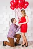 El hombre confiesa en muchacha del amor Foto de archivo libre de regalías