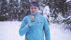 El hombre congelado en la nieve, allí es helado en el invierno, inmunidad fuerte almacen de video