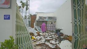 El hombre consigue en el edificio que camina sobre el tejado derrumbado después de huracán