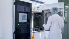 El hombre consigue el equipo en el laboratorio almacen de metraje de vídeo