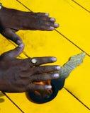 El hombre consigue las bendiciones usando las manos a las llamas de Aarti, ritual religioso hindú de la adoración Fotografía de archivo