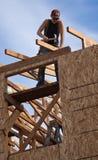 El hombre construye el tejado para el hogar para el hábitat para la humanidad Fotos de archivo
