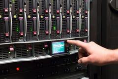 El hombre controla discos duros. Fotos de archivo