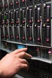 El hombre controla el estante del servidor Fotografía de archivo