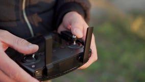 El hombre controla la consola vaga, primer almacen de metraje de vídeo