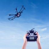 El hombre controla los abejones del vuelo Fotografía de archivo libre de regalías