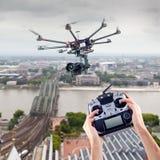 El hombre controla los abejones del vuelo Imagen de archivo libre de regalías