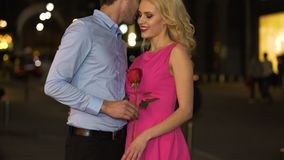 El hombre cortés gifting subió a sus cumplidos susurrantes de la novia en su oído metrajes