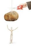El hombre corta el hilo con la piedra grande para caerla en otra persona Imagen de archivo libre de regalías