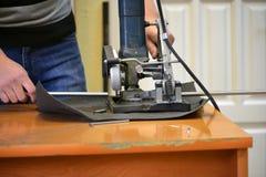 El hombre corta el metal y chispea Foto de archivo