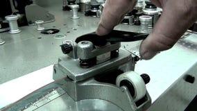 El hombre corta una película de cine vieja en la máquina