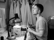 El hombre cose Fotografía de archivo libre de regalías