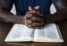 El hombre cristiano está leyendo una biblia foto de archivo libre de regalías