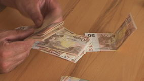 El hombre cuenta billetes de banco del euro cincuenta almacen de metraje de vídeo