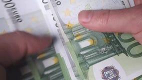 El hombre cuenta el dinero Billetes de banco euro a disposición almacen de video