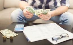 El hombre cuenta el dinero Foto de archivo libre de regalías