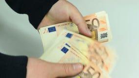 El hombre cuenta el dinero euro almacen de video