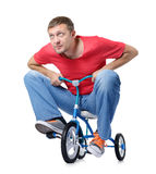 El hombre curioso en una bicicleta de los niños Foto de archivo