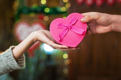 El hombre da el regalo de la muchacha el día del ` s de la tarjeta del día de San Valentín Imagen de archivo