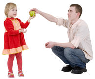 El hombre da la manzana a la muchacha Foto de archivo