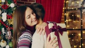 El hombre da el regalo de la Navidad almacen de metraje de vídeo