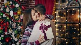 El hombre da el regalo de la Navidad almacen de video