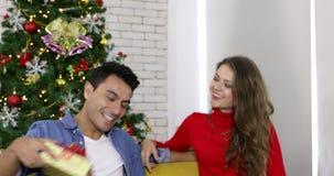 El hombre da el regalo a la novia, ella que lo besa metrajes
