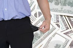 El hombre da vuelta encima de su bolsillo del pantalón Fondo de 100 dólares en el fondo fotos de archivo