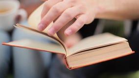 El hombre da vuelta a las páginas de un libro almacen de metraje de vídeo